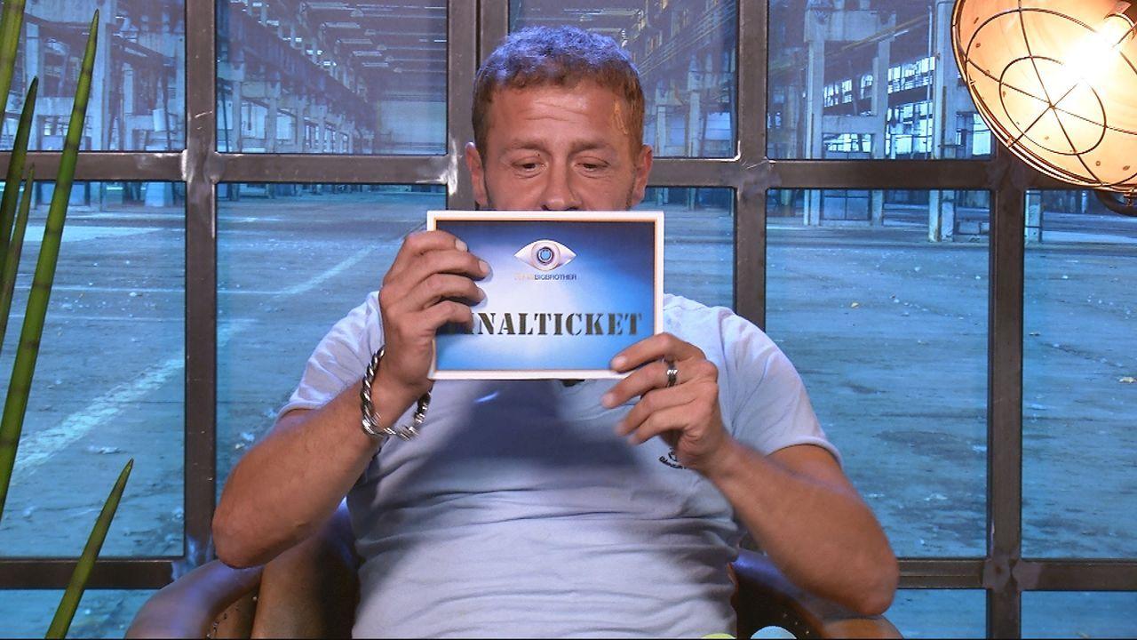 Willi mit Finalticket - Bildquelle: SAT.1