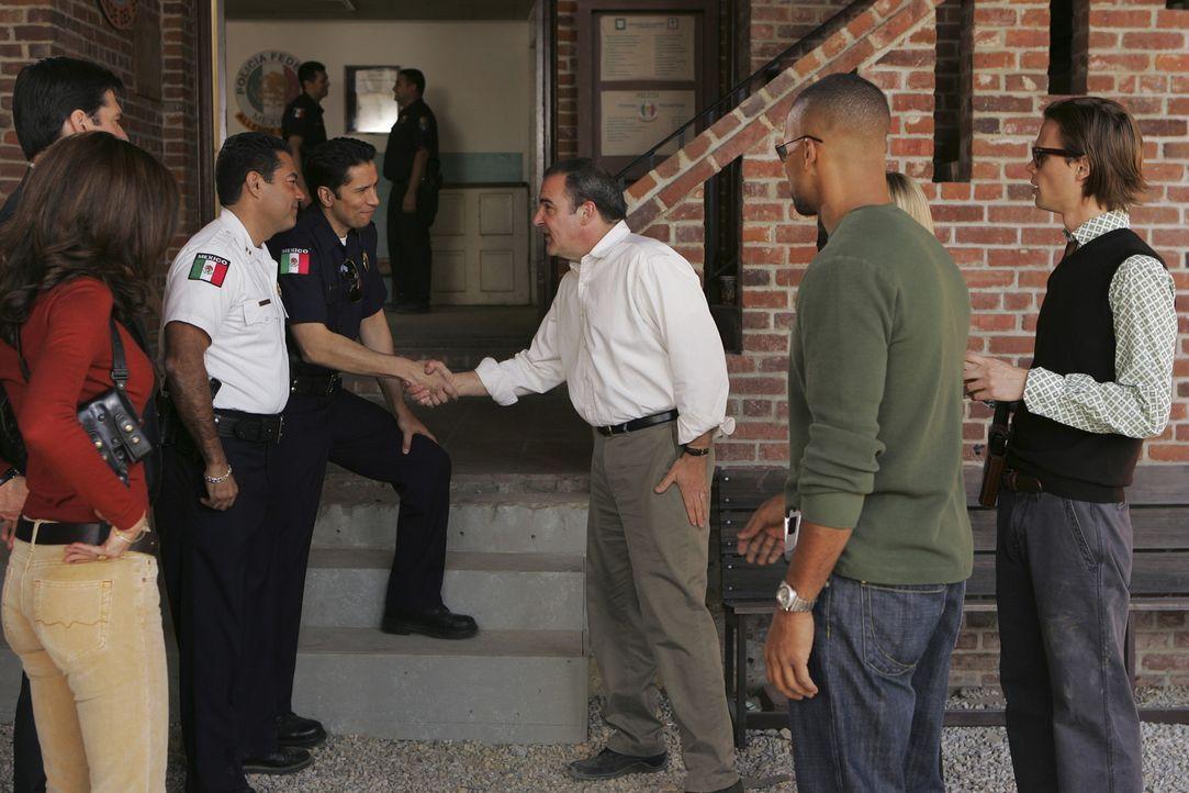 Greifen der mexikanischen Polizei unter die Arme: Elle Greenway (Lola Glaudini, 2.v.l.), Aaron Hotchner (Thomas Gibson, l.), Jason Gideon (Mandy Pat... - Bildquelle: Touchstone Television