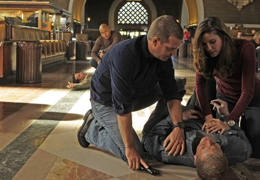 Um in einem Mordfall weiterzukommen, schlüpft Callen (Chris O'Donnell, M.) wieder in seine alte Identität. Gemeinsam mit Kensi (Daniela Ruah, r.)... - Bildquelle: CBS Studios Inc. All Rights Reserved.