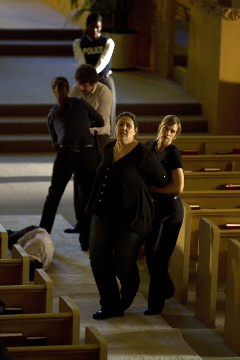 Ein Fall ist gelöst: Carla (Camryn Manheim, vorne l.), Wallace (Frederick Koehler, hinten M.), Alex (Jeanne Tripplehorn, hinten l.) und JJ (AJ Cook... - Bildquelle: ABC Studios