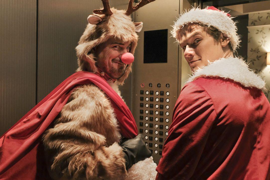Es hätte für MacGyver (Lucas Till, r.) und Jack (George Eads, l.) eine schöne Weihnachtsfeier werden sollen, doch dann schlägt plötzlich das LAPD au... - Bildquelle: Guy D'Alema Guy D'Alema/CBS   2017 CBS Broadcasting, Inc. All Rights Reserved.