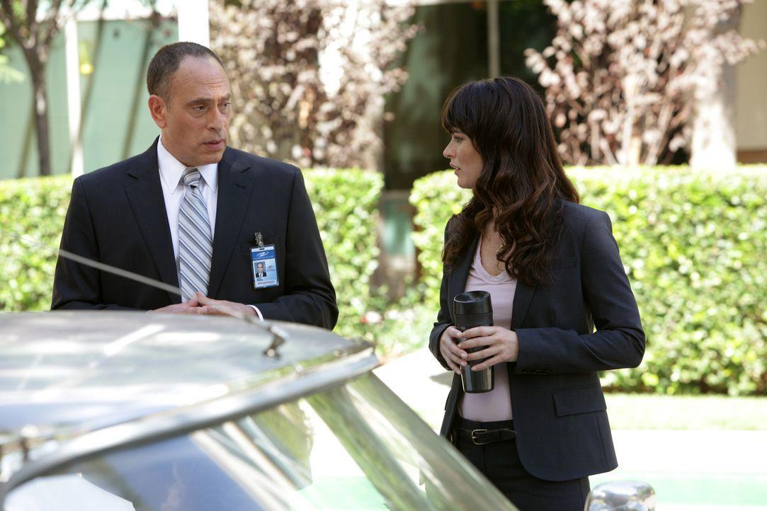 Teresa Lisbon (Robin Tunney, r.) ermittelt in einem neuen Fall und stößt dabei auf Garth Drucker (Nestor Serrano, l.). Doch kann er ihr irgendwie... - Bildquelle: Warner Bros. Television