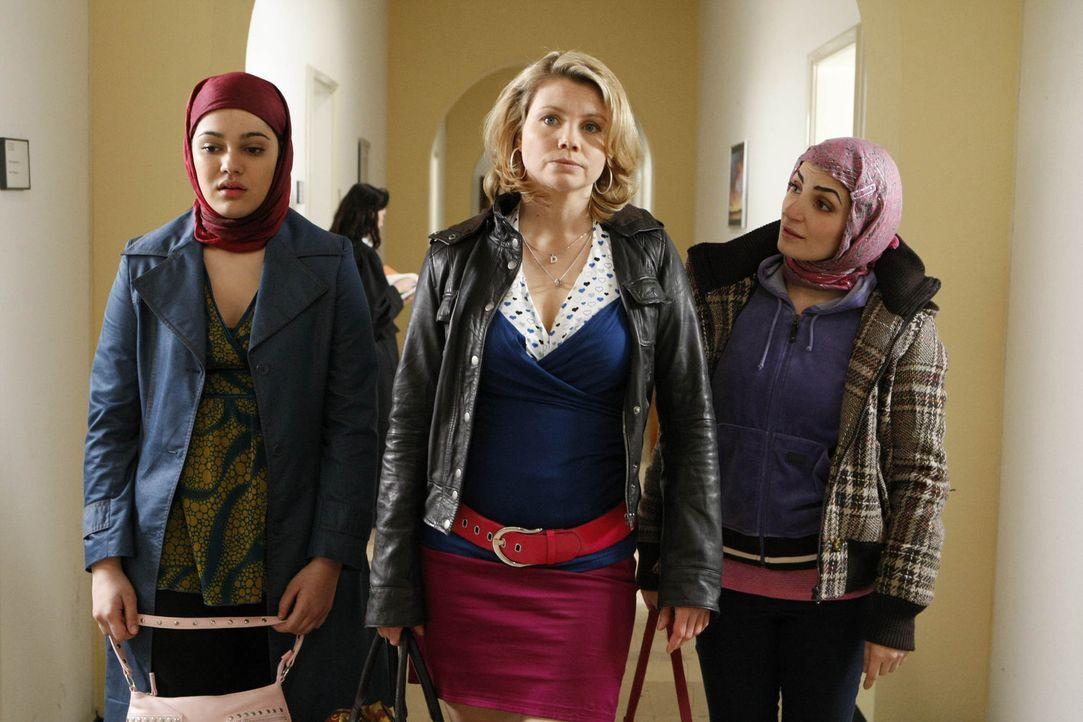 Danni (Annette Frier, M.) wird mit einem heiklen Fall konfrontiert: Die sechzehnjährige Türkin Zeynep (Nilam Farooq, l.) taucht gemeinsam mit Emin... - Bildquelle: SAT.1