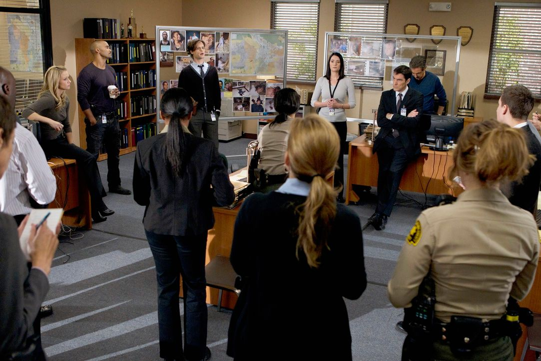 Ein neuer Fall beschäftigt Derek (Shemar Moore, hinten 2.v.l.), Prentiss (Paget Brewster, hinten 3.v.r.), JJ (A. J. Cook, hinten l.), Reid (Matthew... - Bildquelle: ABC Studios