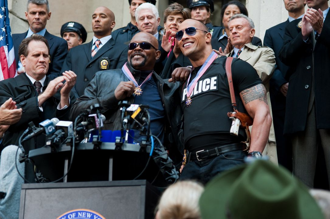 Danson (Dwayne Johnson, vorne r.) und Highsmith (Samuel L. Jackson, vorne M.) sind die Ober-Coolen der Police Force. Eines Tages werden sie Opfer ih... - Bildquelle: 2010 Columbia Pictures Industries, Inc. All Rights Reserved.