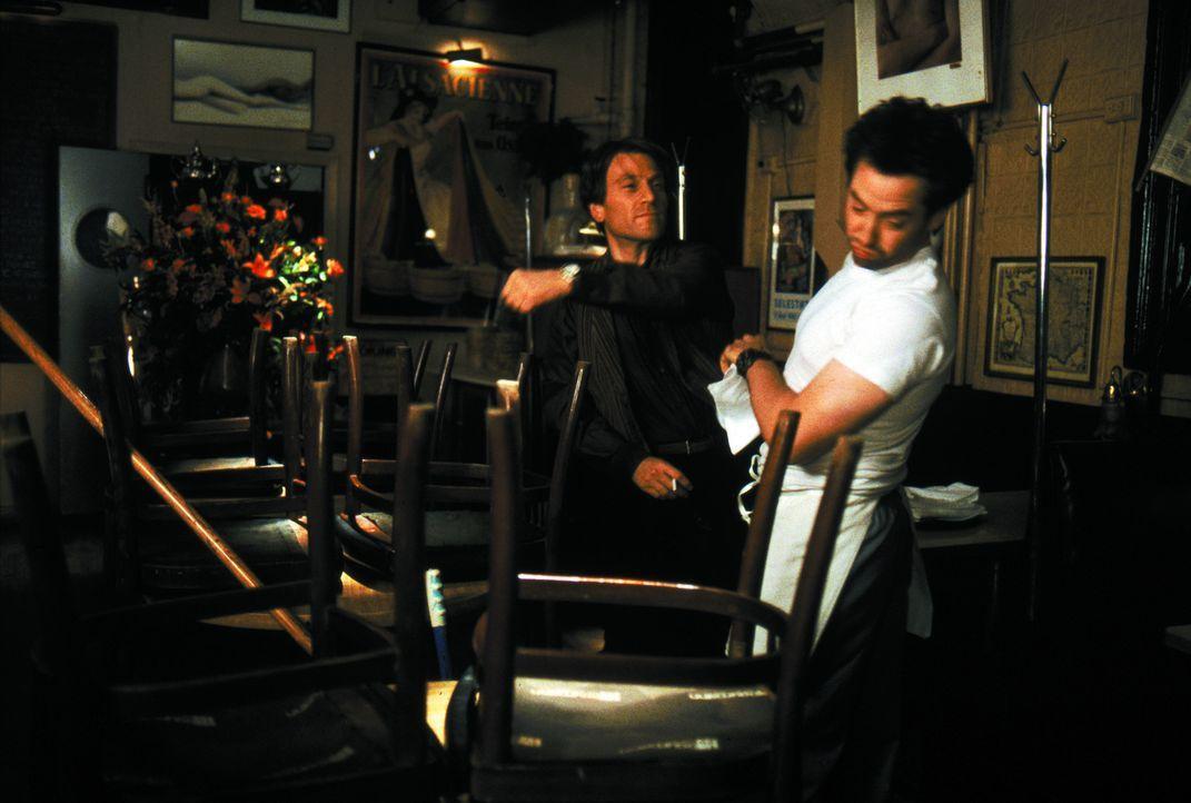 Als Sam (Matthew Broderick, r.) sich als Lindas Ex-Freund zu erkennen gibt, knallen bei Anton (Tchéky Karyo, l.) gleich alle Sicherungen durch ... - Bildquelle: Warner Brothers International
