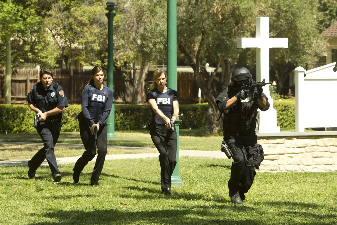 Das BAU-Team ermittelt in einem sehr komplizierten Fall. Doch die Ermittler Alex (Jeanne Tripplehorn, 2.v.l.) und JJ (AJ Cook, 2.v.r.) geben alles,... - Bildquelle: ABC Studios