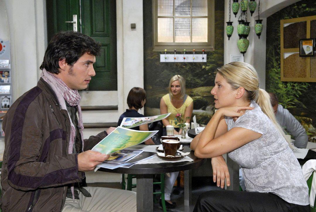 Anna (Jeanette Biedermann, r.) versucht, Alexander (Paul T. Grasshoff, l.) als Fotografen für die Agentur zu gewinnen. - Bildquelle: Sat.1
