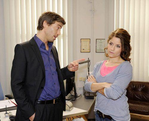Julian stellt Bea wegen des Vorsingens zur Rede. - Bildquelle: Christoph Assmann - Sat1