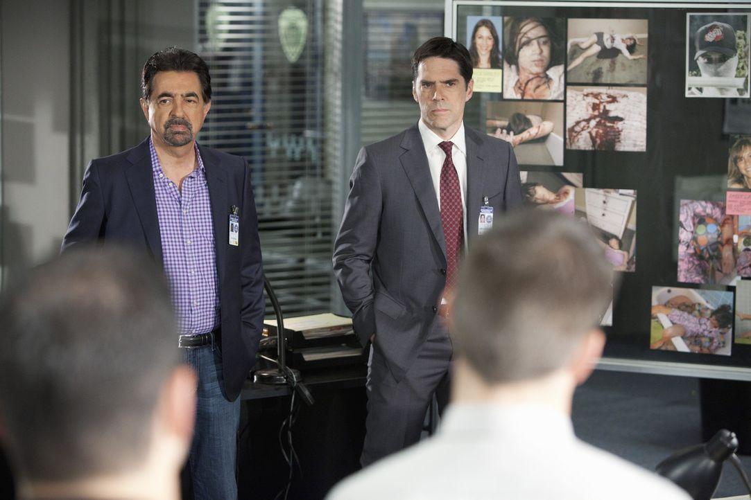 Versuchen den Mörder der brutal ermordeten Studentinnen zu finden : Hotch (Thomas Gibson, r.) und Rossi (Joe Mantegna, l.) ... - Bildquelle: ABC Studios