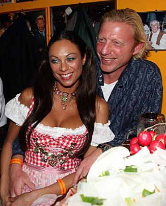 Boris Becker und Freundin Lilly Kerssenberg lächeln im Juni 2007 beim Stammtisch von Boris Becker auf dem Münchner Oktoberfest. - Bildquelle: dpa