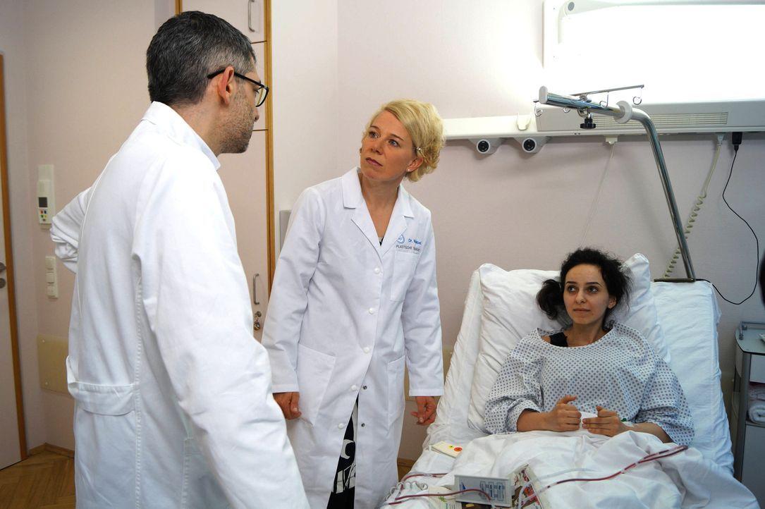 """""""Mein schrecklich schöner Körper"""" begleitet Bahia (r.) und weitere Patienten, die nach einer Schönheits-OP unglücklicher denn je sind. Prof. Fansa (... - Bildquelle: SAT.1"""