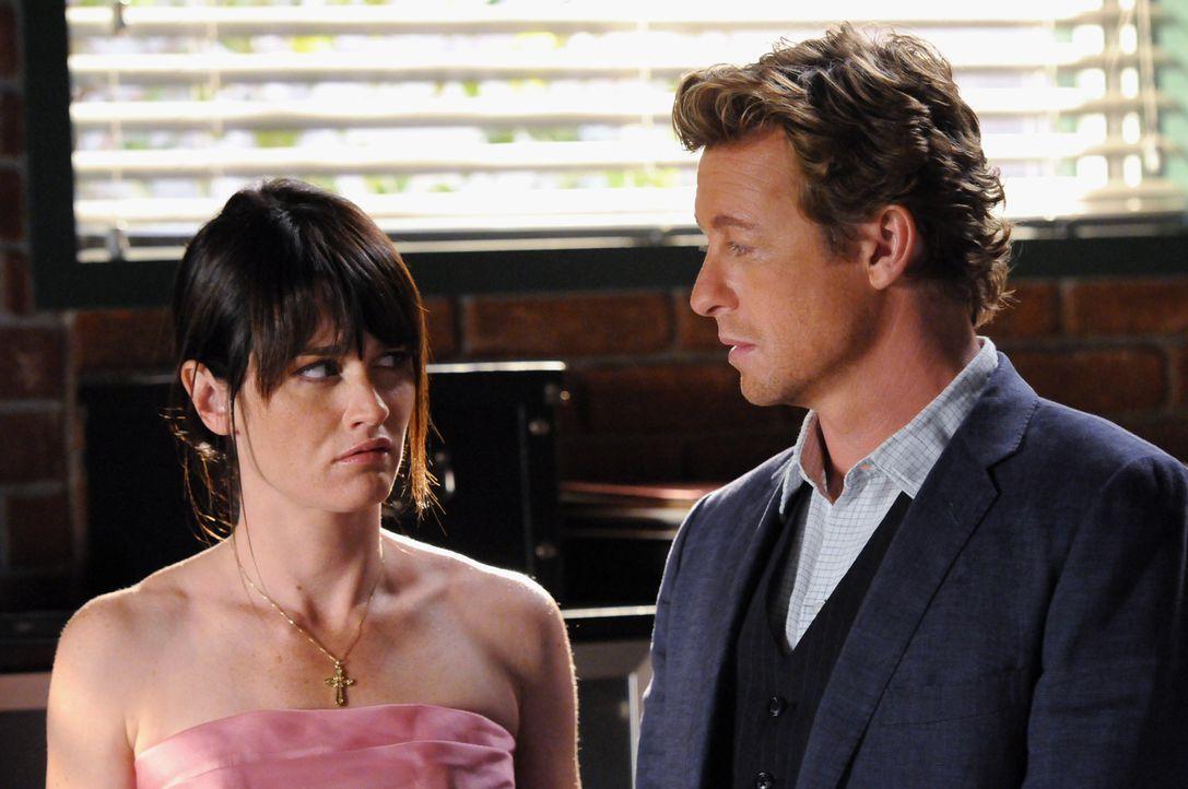 Stehen vor einem Rätsel: Patrick (Simon Baker, r.) und Teresa (Robin Tunney, l.) ... - Bildquelle: Warner Bros. Television
