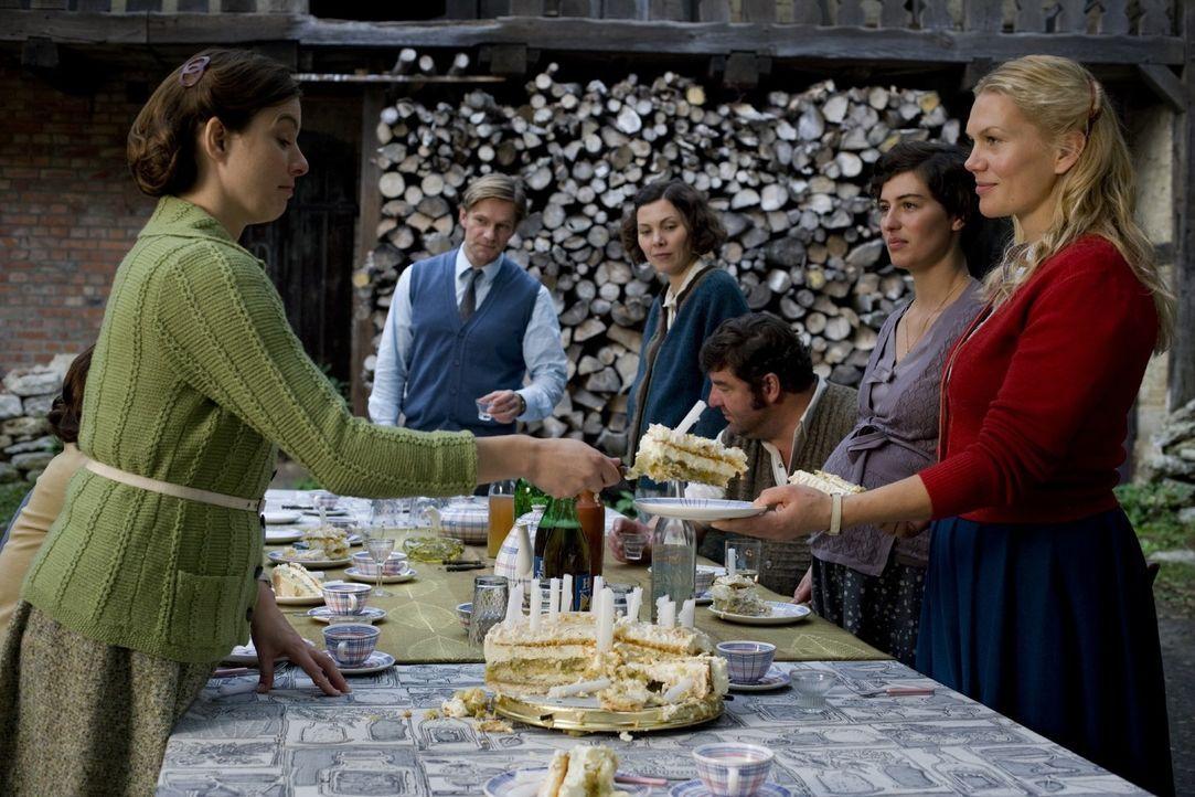 Noch ahnt die Dorfgemeinschaft nicht, dass sie umgesiedelt werden soll und feiert ausgiebig Mannis (Thure Riefenstein, 2.v.l.) Geburtstag. Denn (v.l... - Bildquelle: Sat.1