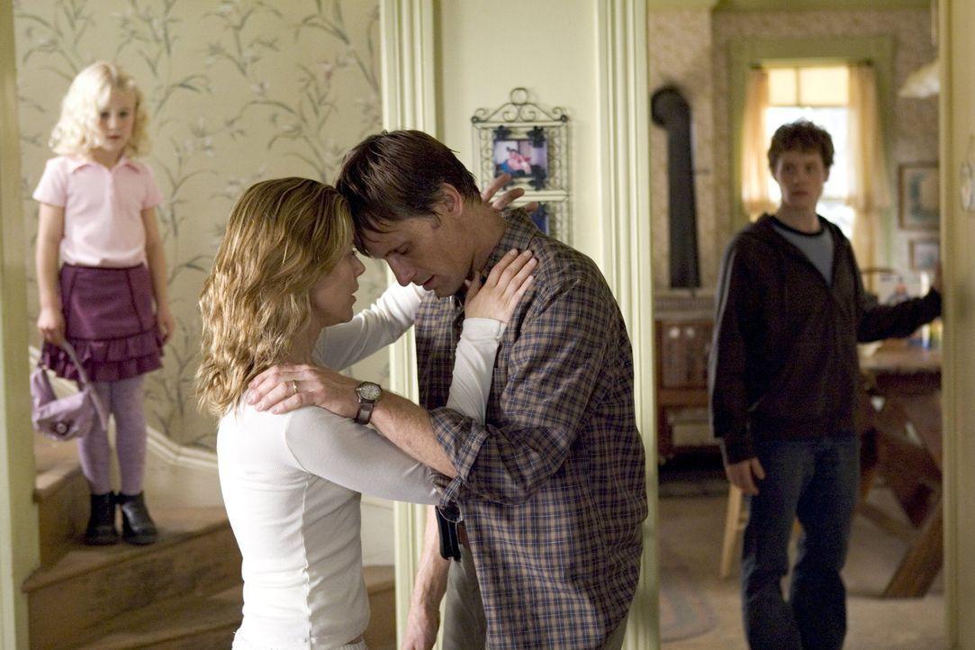 Paradise lost: Zweifel über Toms (Viggo Mortensen, 2.v.r.) Identität beschleichen Edie (Maria Bello, 2.v.l.) und zum ersten Mal löst Sohnemann Jack... - Bildquelle: 2005 Warner Bros.