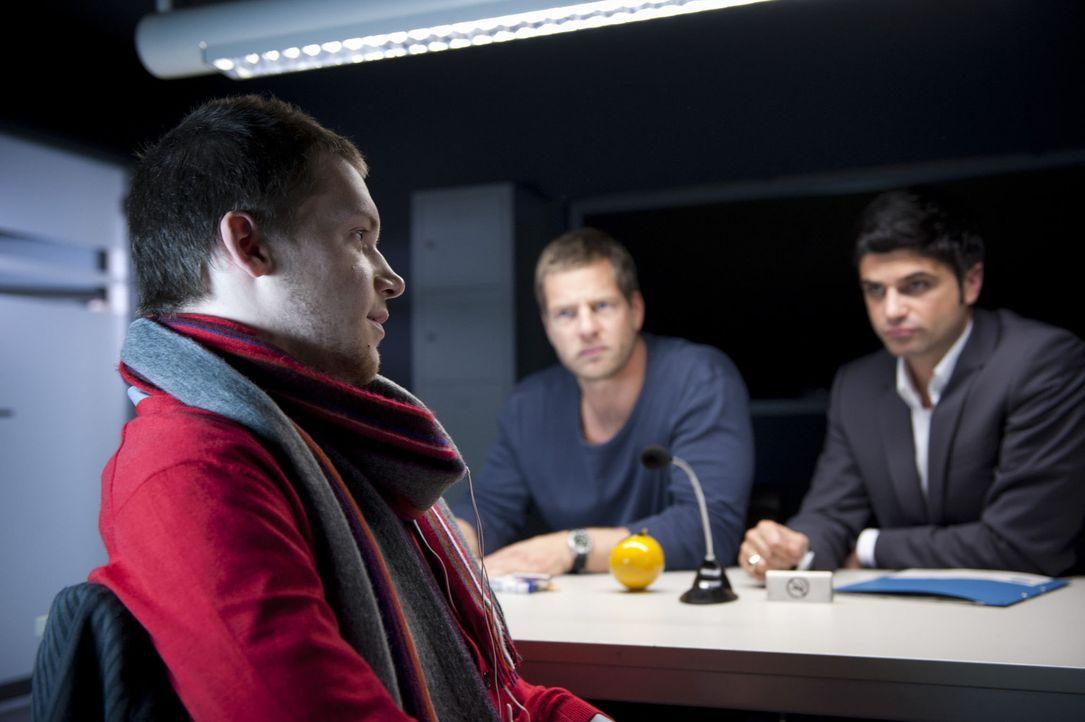 Moritz (Kai Malina, l.), der Stiefsohn der Ermordeten, lügt, was das Zeug hält. Doch damit kommt er bei Mick (Henning Baum, M.) und Andreas (Maxim... - Bildquelle: Martin Rottenkolber SAT.1