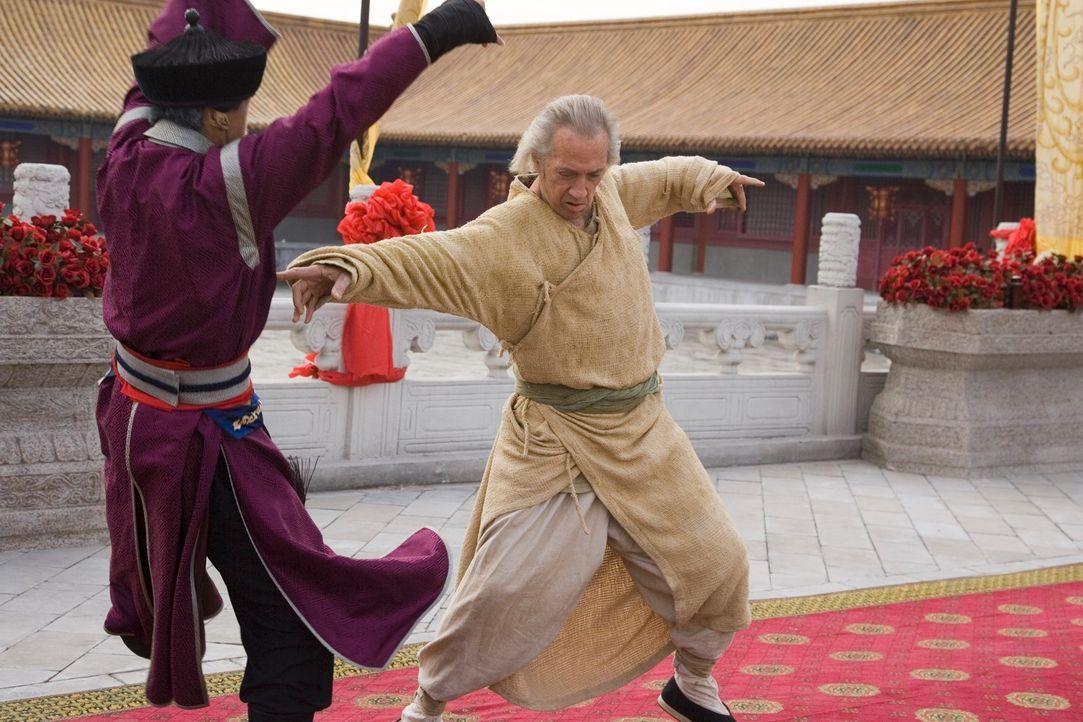 Kämpfen um die Hand einer anmutigen Prinzessin: Bird (David Carradine, r.) und der skrupellose Lord Shing (Eddy Ko, l.) ... - Bildquelle: RHI Entertainment