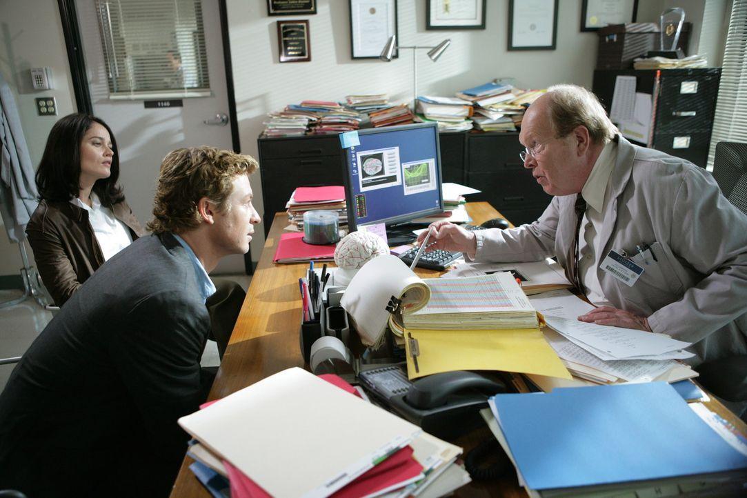 Alex, ein Wissenschaftler im Universitätsinstitut des renommierten Hirnforschers Lewis Stutzer (John Aylward, r.), wird mit Blausäure vergiftet un... - Bildquelle: Warner Bros. Television