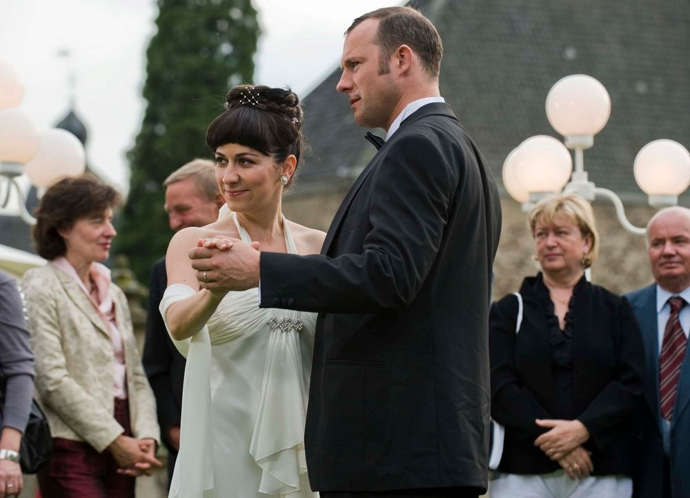 Shirin Soraya (l.) und Hanno Friedrich (r.) schwingen das Tanzbein ... - Bildquelle: Martin Menke Sat.1