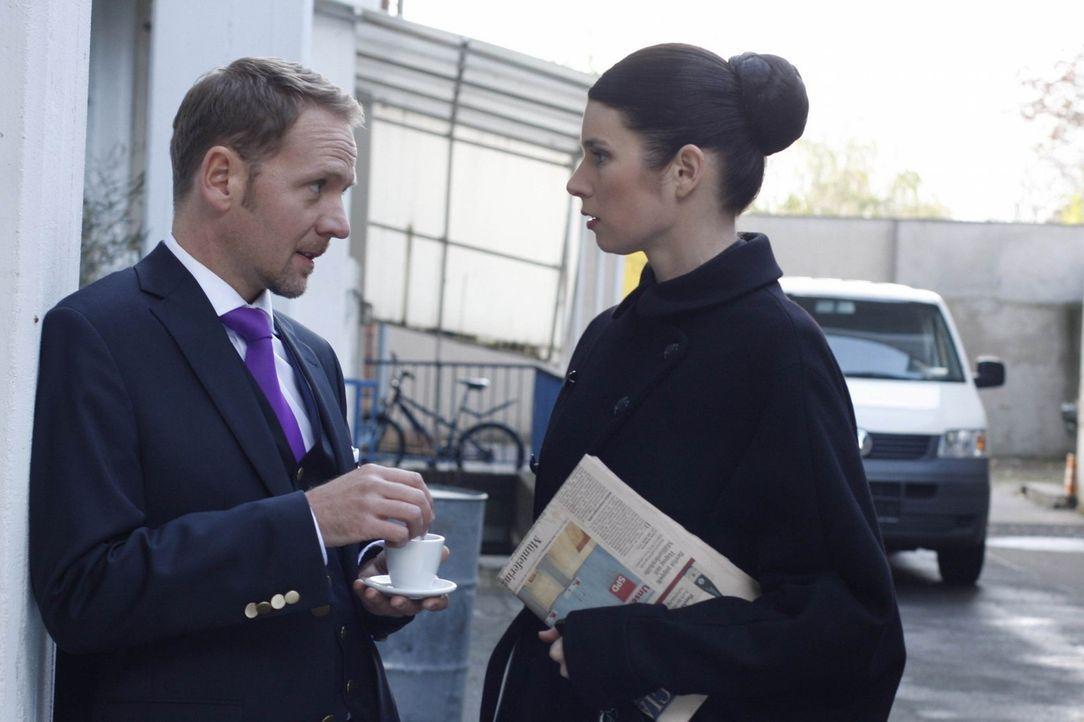 Carlo (Mathias Kahler-Polagnoli, l.) blitzt bei Gina (Elisabeth Sutterlüty, r.) ab, als er sie  zu ihren Machenschaften mit Philip befragt ... - Bildquelle: SAT.1