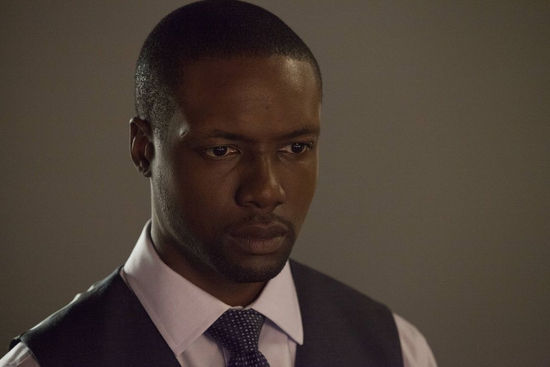 Im Fahrstuhl gefangen, versucht Reade (Rob Brown) sich Sarah zu erklären, doch diese will nichts mehr davon hören, weil der Agent ihr das Herz gebro... - Bildquelle: Warner Brothers