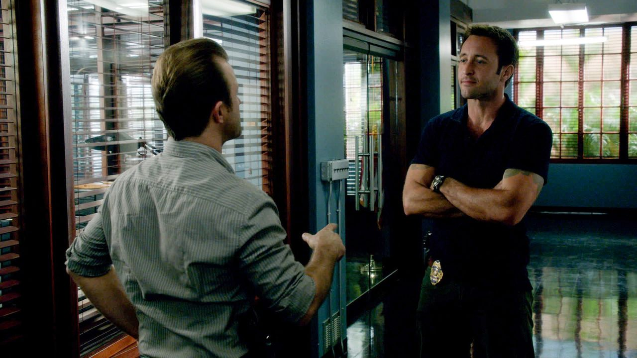 Als ein Poolreiniger ermordet wird, müssen Danny (Scott Caan, l.) und Steve (Alex O'Loughlin, r.) mit den Ermittlungen beginnen ... - Bildquelle: 2013 CBS Broadcasting Inc. All Rights Reserved