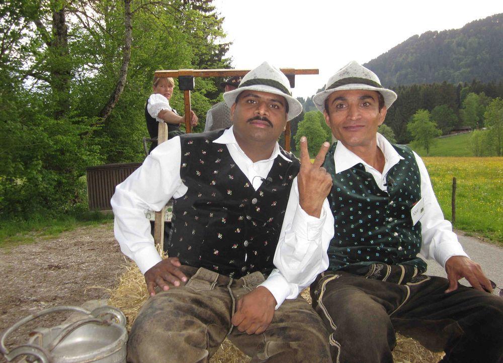 Pramod (l.) und Abrar (r.) tauschen ihre Taxis in Indien für eine Woche gegen Mercedestaxis in Deutschland. - Bildquelle: kabel eins