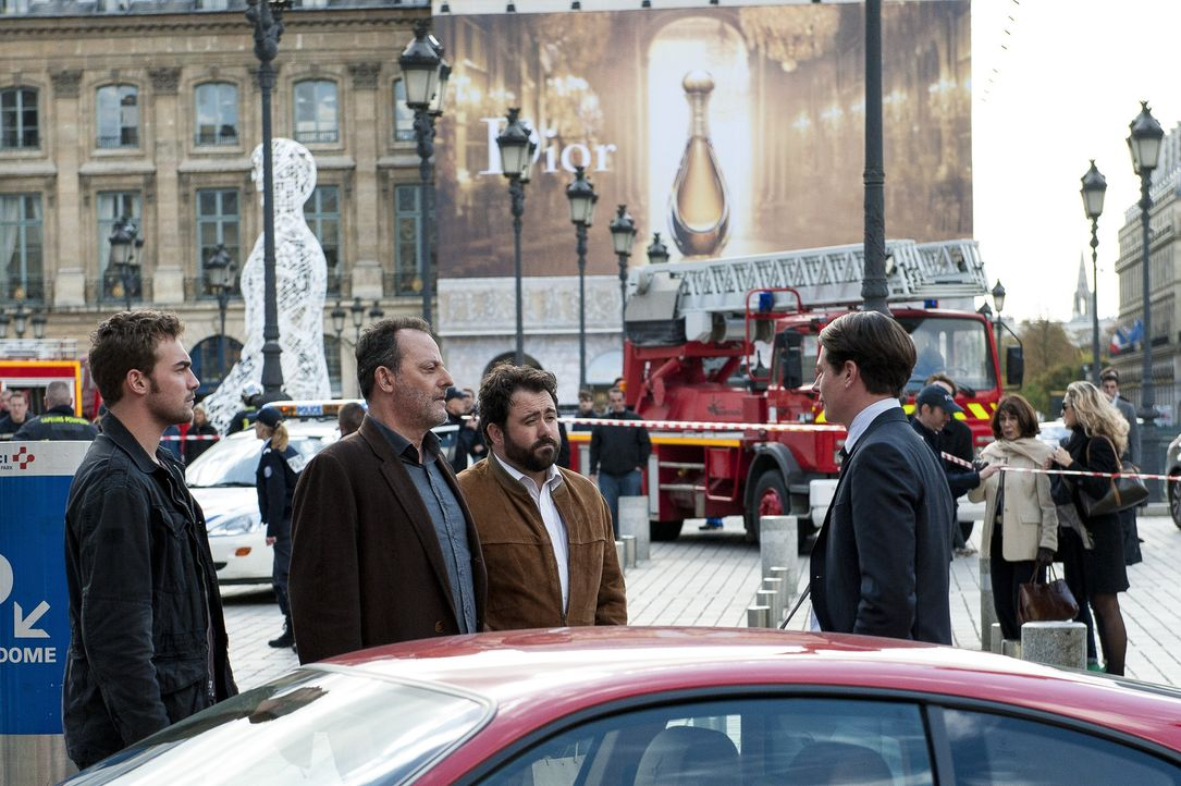 Das Ermittlertrio Bayard (Tom Austen, l.), Jo St-Clair (Jean Reno, 2.v.l.) und Normand (Celyn Jones, 2.v.r.) muss in Paris einen weiteren spannenden... - Bildquelle: Stéphanie Dupont Atlantique Productions