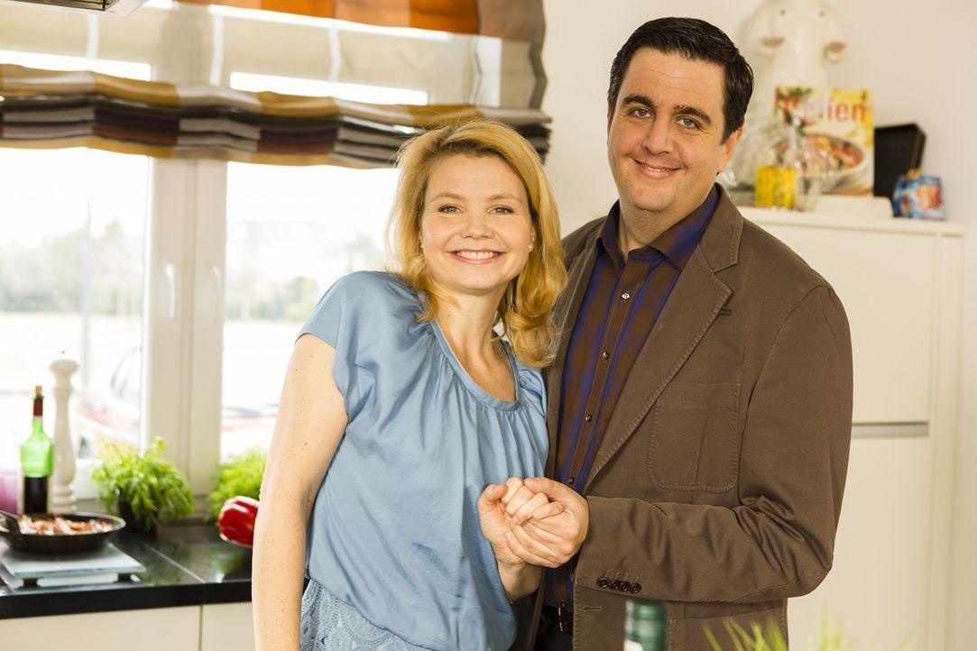Bastian (Bastian Pastewka, r.) macht einen überraschenden Besuch bei Annette (Annette Frier, l.), um sie von seinem Plan zu überzeugen ... - Bildquelle: Frank Dicks SAT.1