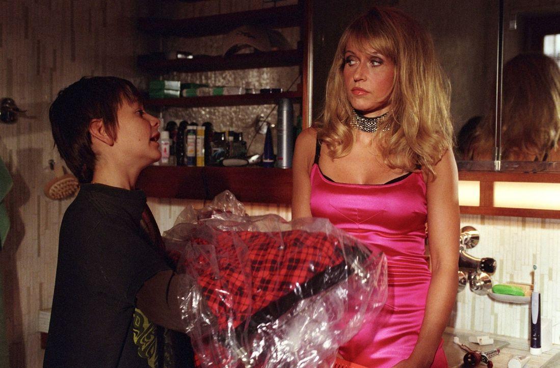 Leon (Jonathan Beck, l.) kann Jacky (Anica Dobra, r.) von einem etwas dezenteren Auftritt überzeugen. - Bildquelle: Sat.1