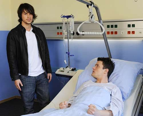 Ben lässt Ronnie abblitzen, als dieser ihn zu einer weiteren Revanche animieren will. Stattdessen besucht er Timo im Krankenhaus. Dort erfährt er... - Bildquelle: Christoph Assmann - Sat1