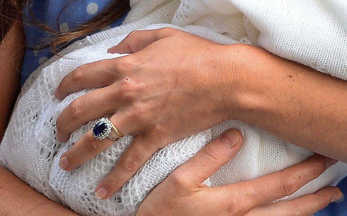 Sorgsam hielt Kate ihren Sohn im Arm - Bildquelle: dpa, Verwendung nur in Deutschland