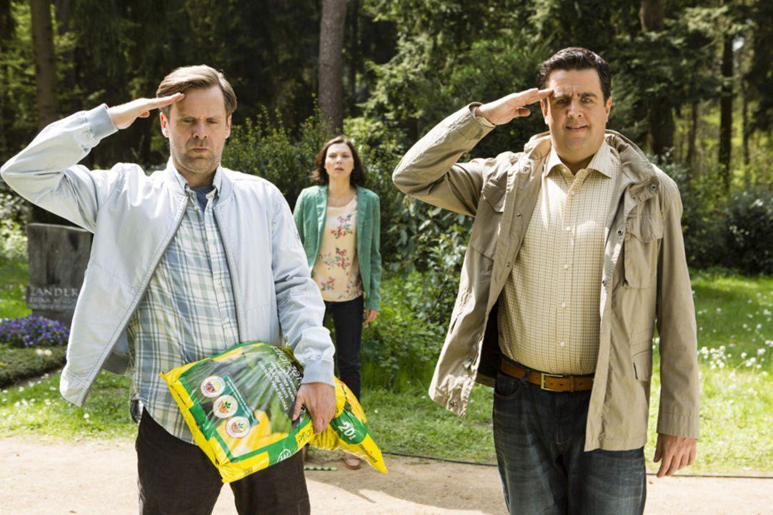 Bastian (Bastian Pastewka, r.) und Hagen (Matthias Matschke, l.) salutieren am Grab von Onkel Ferdi - Außenstehenden ist die Ironie dabei leider nic... - Bildquelle: Frank Dicks SAT.1