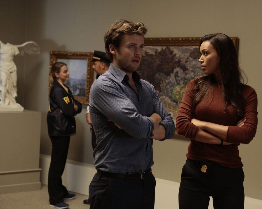 Nachdem eine Museumsführerin als Geisel genommen wird, wendet sich Kay (Ilfenesh Hadera, r.) an Cameron Black (Jack Cutmore-Scott, l.), denn sein Wi... - Bildquelle: Warner Bros.
