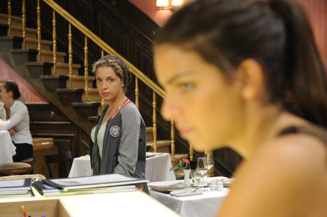Während Nina (Maria Wedig, l.) nach Lucas Geständnis nicht weiß wie sie reagieren soll, startet Jasmin (Lilli Hollunder, r.) nach ihrer Reise mit... - Bildquelle: SAT.1