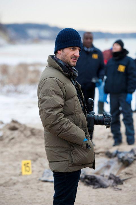 Brian Zeller (Aaron Abrams) hält jedes Detail mit der Kamera fest. Wer ist verantwortlich für die grausame Skulptur, geformt aus 17 Leichen, die d... - Bildquelle: Brooke Palmer 2013 NBCUniversal Media, LLC