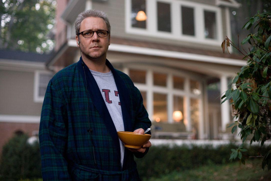 CIA-Agent Ed Hoffman (Russell Crowe) entwickelt seine Strategien per Laptop im Wohnzimmer seines Einfamilienhauses. Für ihn zählen Verbündete nur so... - Bildquelle: Warner Brothers