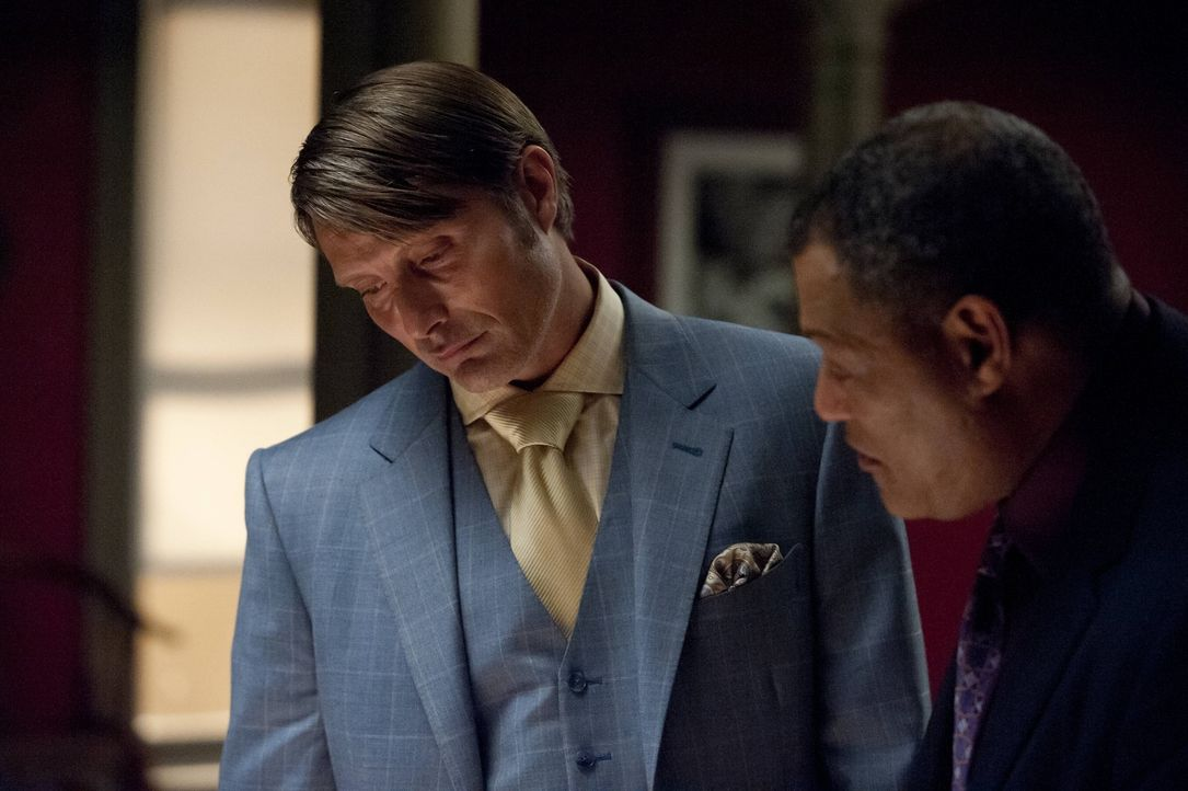 Jack Crawford (Laurence Fishburne, r.) bittet den renommierten Psychiater Dr. Hannibal Lecter (Mads Mikkelsen, l.), ein psychologisches Gutachten ü... - Bildquelle: 2012 NBC Universal Media, LLC