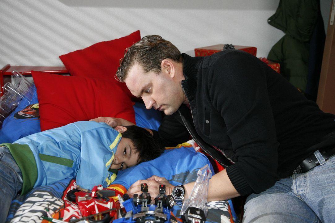 Daniel (Alexander Türk, l.) kann Ralf (Christian Kahrmann, r.) dazu bringen, ihn zwei Tage bei Mama wohnen zu lassen ... - Bildquelle: SAT.1