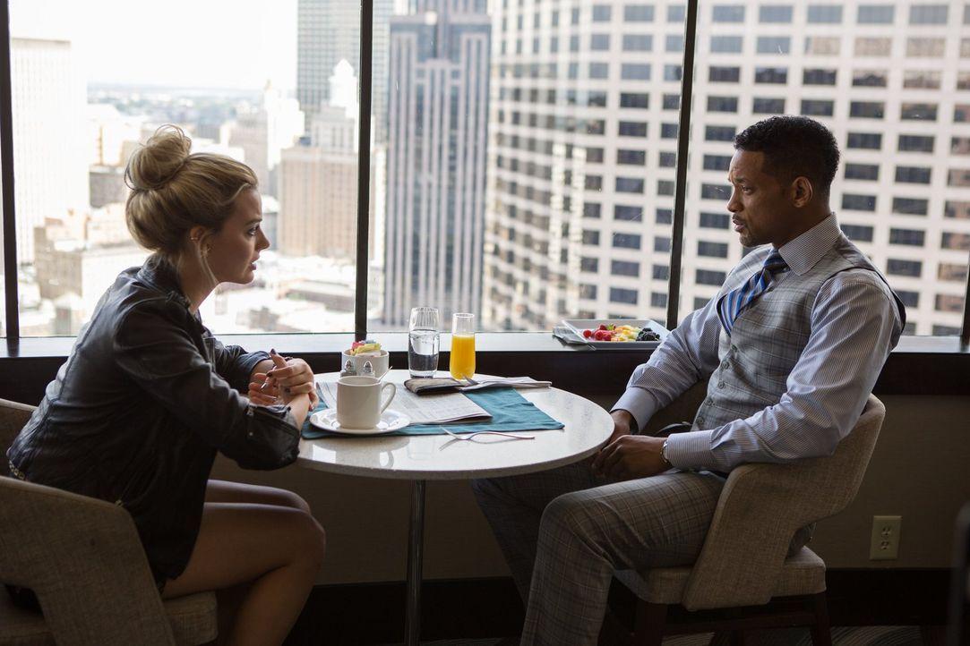 Nach drei Jahren treffen die beiden Hochstapler Jess (Margot Robbie, l.) und Nicky (Will Smith, r.) erneut aufeinander - nicht ahnend, dass sie nich... - Bildquelle: Warner Bros.