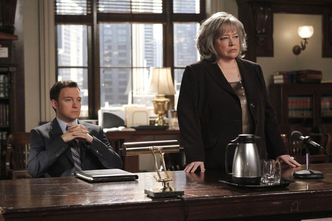 Ein neuer Fall beschäftigt Harriet (Kathy Bates, r.) und Adam (Nathan Corddry, l.) ... - Bildquelle: Warner Bros. Television
