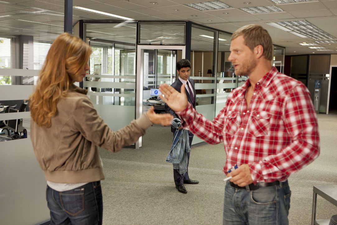 Christine (Suzan Anbeh, l.) wettet mit Mick (Henning Baum, r.), dass er es nicht eine Woche ohne Sex aushalten wird  - und setzt alles daran, diese... - Bildquelle: SAT.1