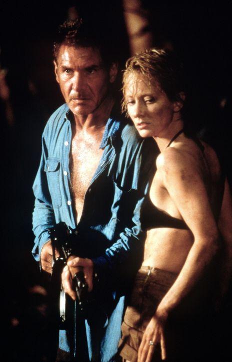 Nachdem sie auf einer einsamen Insel notlanden mussten, haben die beiden Streithähne Robin Monroe (Anne Heche, r.) und Quinn Harris (Harrison Ford,... - Bildquelle: Touchstone Pictures