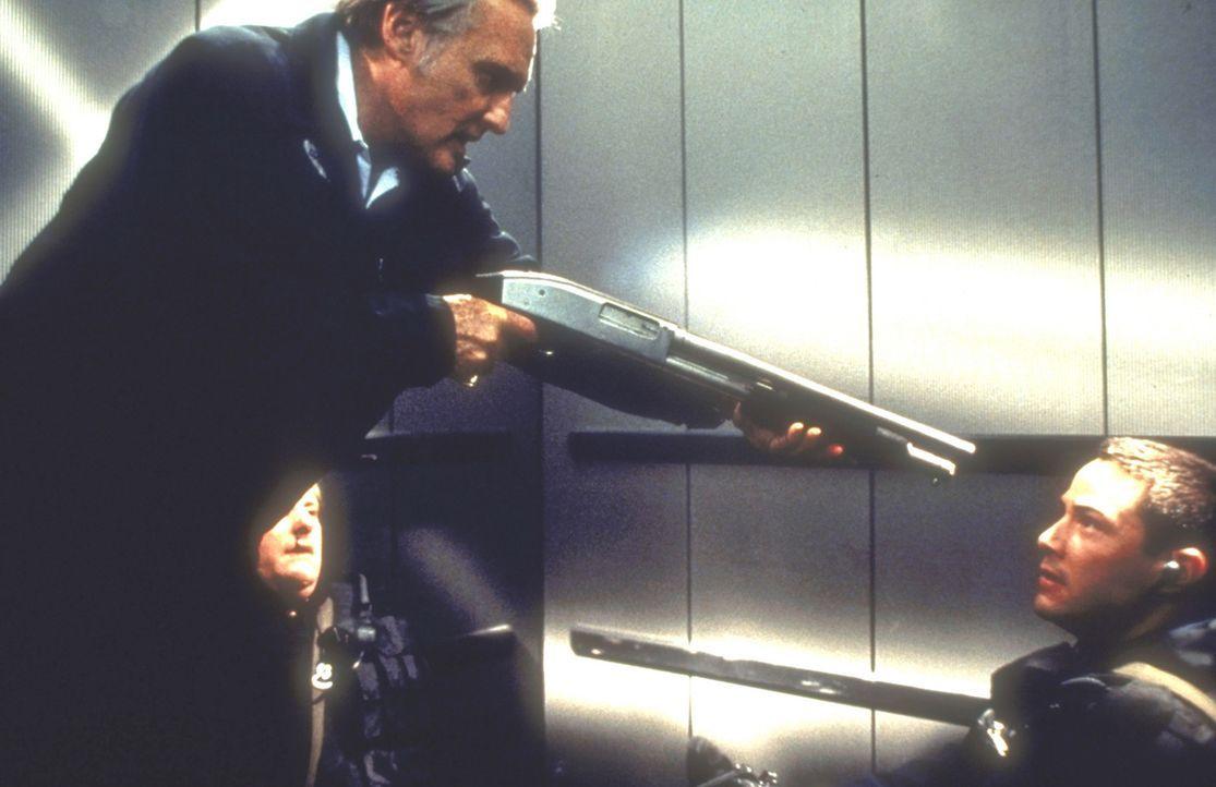Plötzlich steht Jack Traven (Keanu Reeves, r.) seinem Widersacher Howard Payne (Dennis Hopper, l.) gegenüber ... - Bildquelle: Twentieth Century Fox of Germany