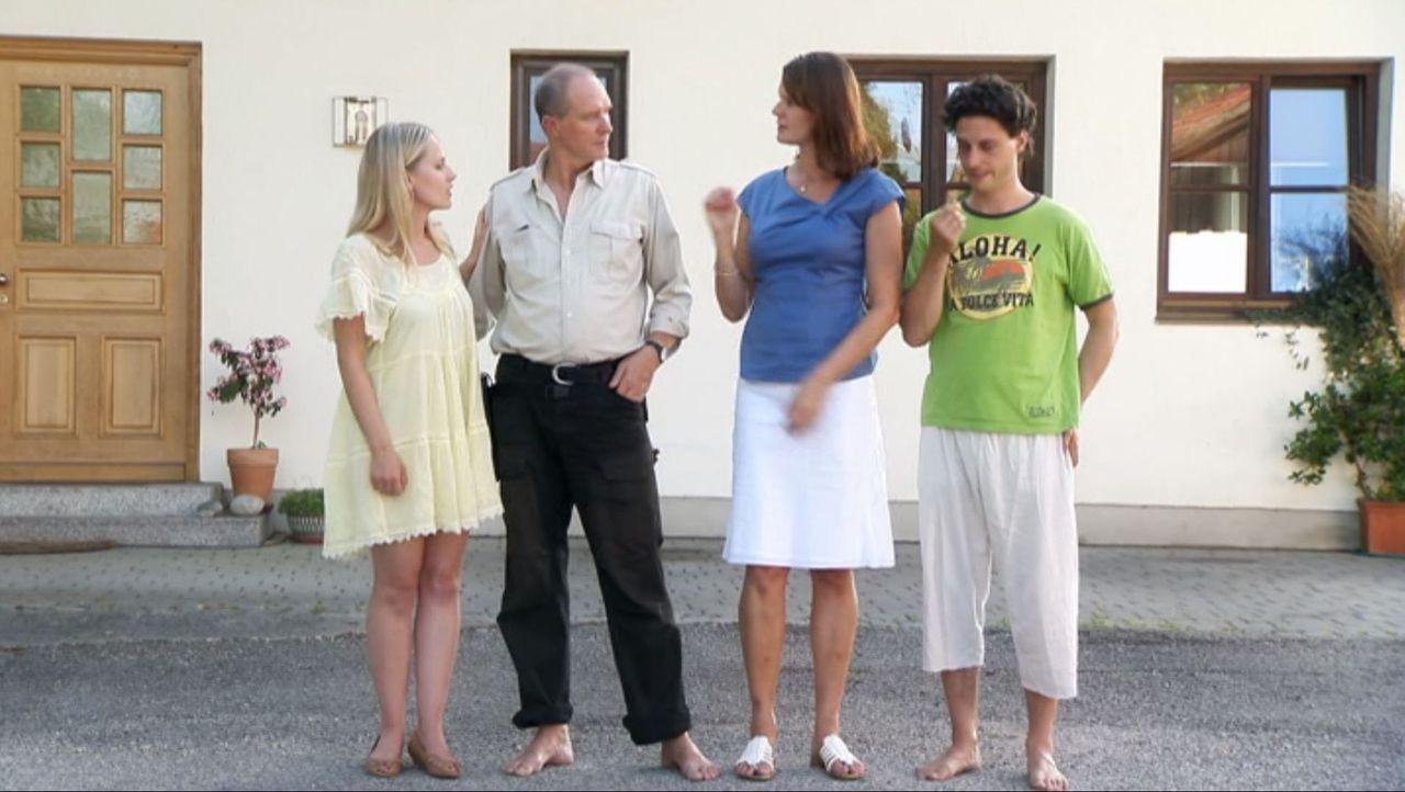 Bringen Riccardo an den Rand der Verzweiflung: Alexander (Bernd Dechamps, 2.v.r.), Bibi (Bente Lay, 2.v.l.), Isabelle (Claudia Hinterecker, l.) und... - Bildquelle: SAT.1