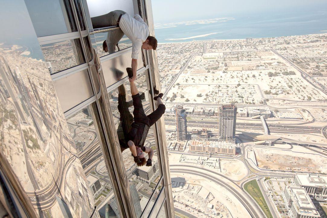 Bei dem Einsatz für die Menschheit sind William Brandt (Jeremy Renner, oben) und Ethan Hunt (Tom Cruise, unten) auf dem höchsten Turm der Welt unter... - Bildquelle: 2011 Paramount Pictures. All Rights Reserved.