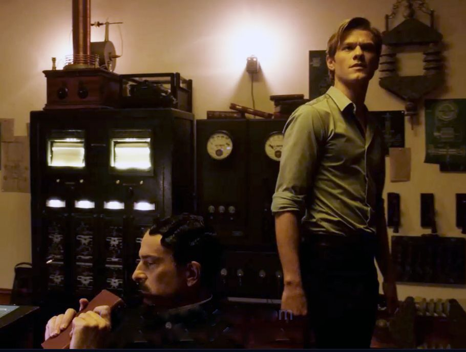 Nikola Tesla (John Ales, l.); Angus MacGyver (Lucas Till, r.) - Bildquelle: Mark Hill 2020 CBS Broadcasting, Inc. All Rights Reserved. / Mark Hill