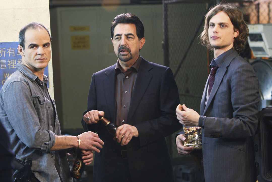Ein neuer Fall beschäftigt Jonathan 'Prophet' Simms (Michael Kelly, l.), Rossi (Joe Mantegna, M.) und Reid (Matthew Gray Gubler, r.) ... - Bildquelle: Touchstone Television