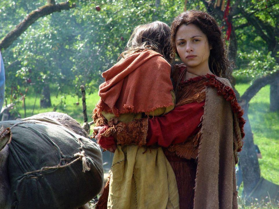 Jenne (Stephanie Leonidas, r.) kümmert sich um die schwer kranken Kinder. - Bildquelle: MFA+Filmdistribution