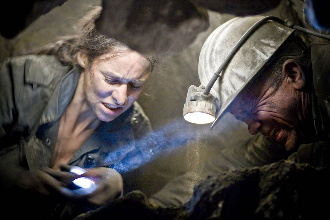 Können Horst (Christian Grashof, r.) und seine Tochter Nina (Liane Forestieri, l.) den Einsturz des Städtchens noch verhindern? Ein gnadenloser We... - Bildquelle: ProSieben
